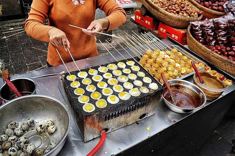 шашлычки из перепелиных яиц. Уличная едя в Китае